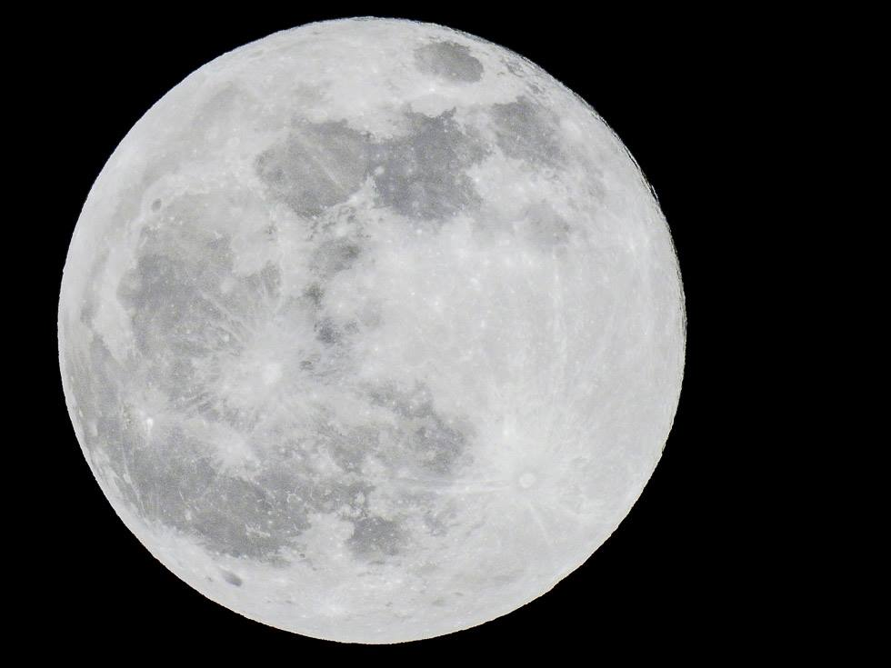 nikon p900 shot of full moon at 2000mm