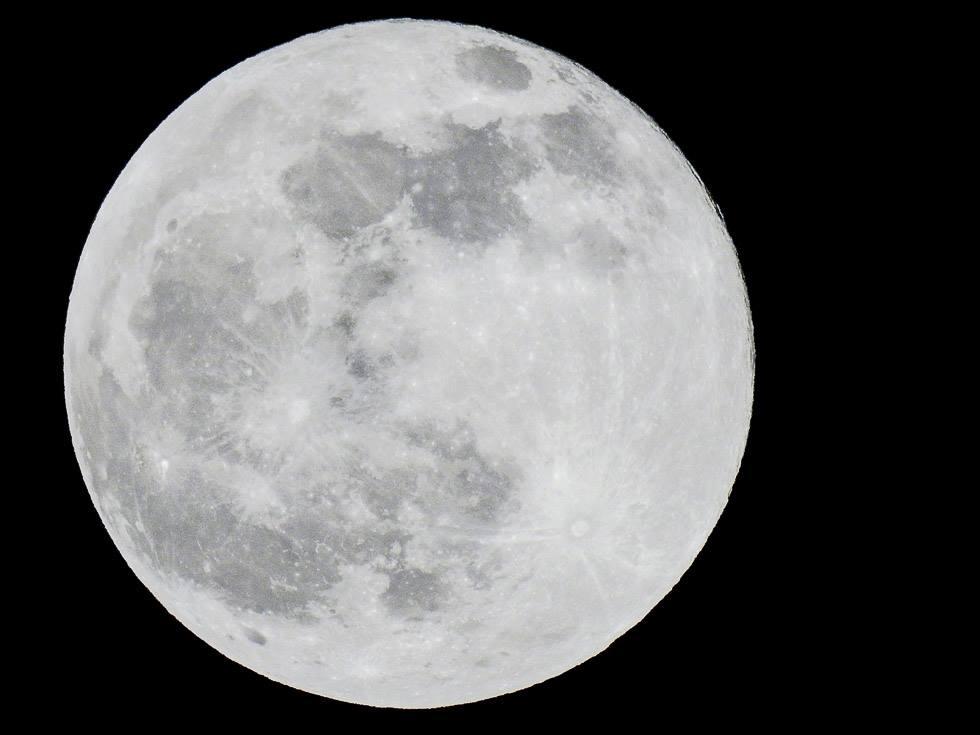 nikon p900 shot of full moon at 2000mm